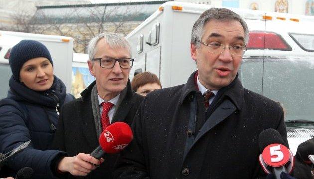 Канадский посол передал Украине десять автомобилей скорой