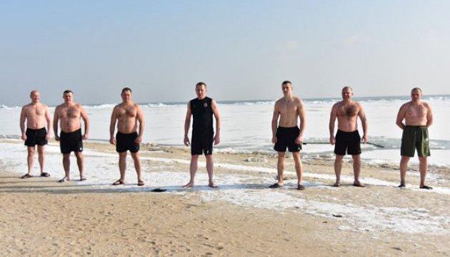 На Донеччині копи показали #22PushupChallenge на пляжі