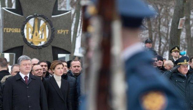 Президент почтил память Героев Крут на Аскольдовой могиле