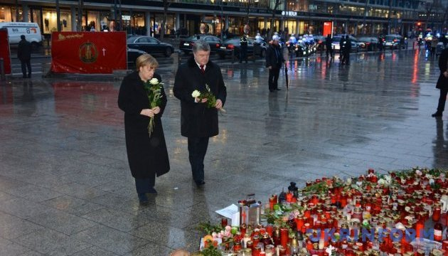 Меркель и Порошенко почтили память жертв декабрьского теракта