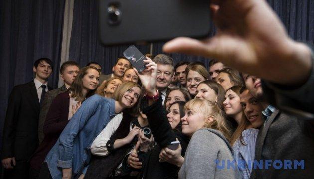 Порошенко в Берлине встретился с украинскими стипендиатами
