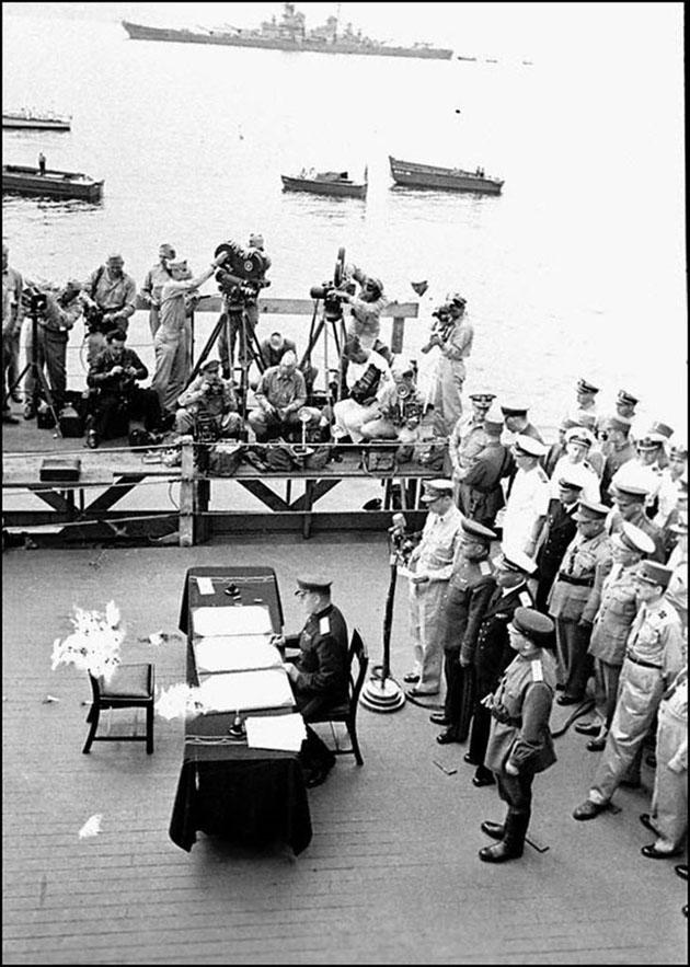 Генерал Дерев'янко підписує Акт про капітуляцію Японії у Другій світовій війні