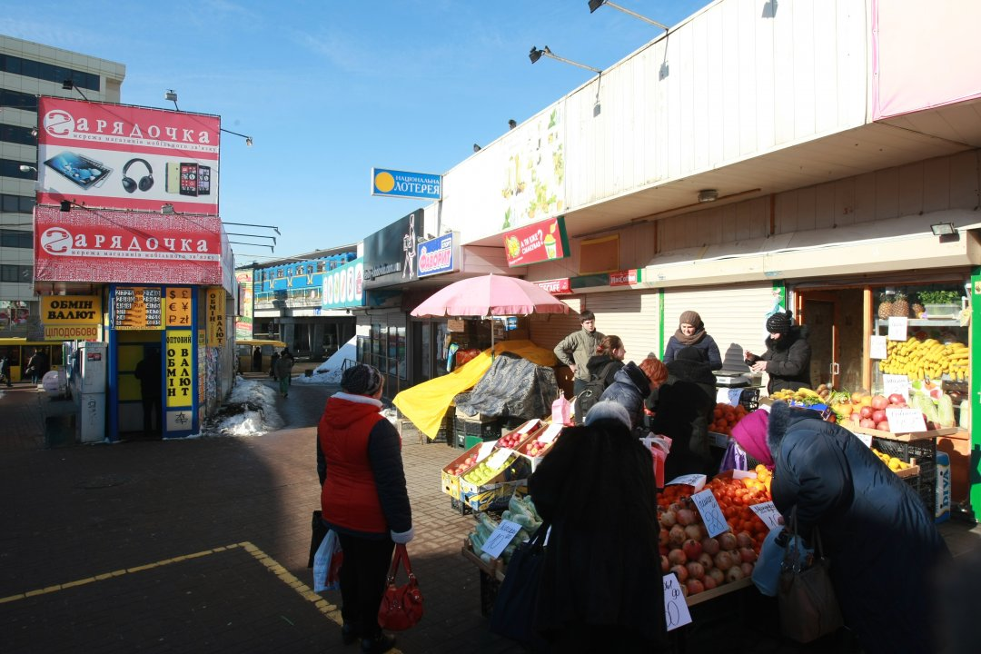 Стихійна торгівля біля метро