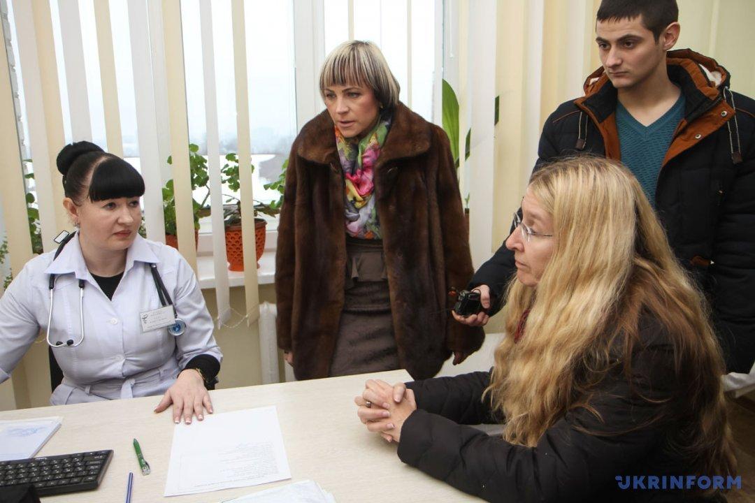 Уляна Супрун (праворуч) спілкується з сімейним лікарем Аліною Гудз під час відвідування поліклініки N2 за адресою Польовий майдан, 2, у якій було презентовано систему електронної реєстрації