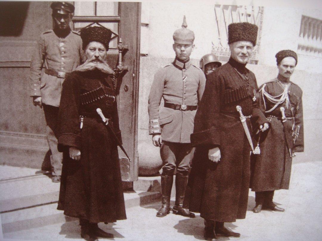 Павло Скоропадський (на передньому плані праворуч)