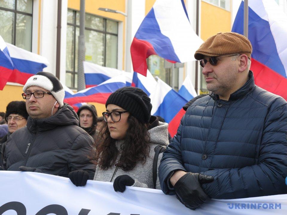 Марк Фейгин, Николай Полозов, Айше Умерова. Это крымская колонна, самый центр.