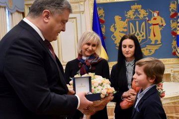 Ukrainian President Poroshenko meets with Sushchenko's wife and children