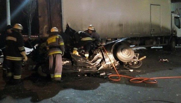 В Киеве на АЗС легковушка въехала в припаркованный грузовик: трое погибших