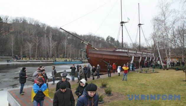 Суд арестовал корабль-ресторан Януковича