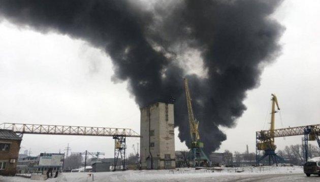 В Киеве на набережной горят склады