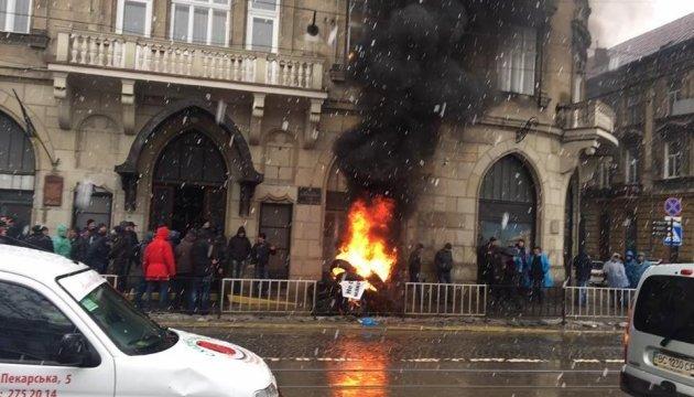 У центрі Львова палили шини на знак протесту проти рішення суду