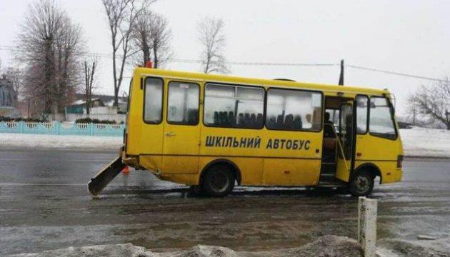 На Вінниччині легковик врізався у шкільний автобус