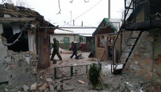 Разрушения в Авдеевке после ночного обстрела боевиками