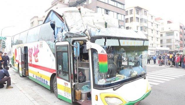 На Тайване автобус с туристами врезался в мост, есть пострадавшие