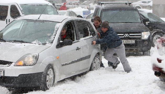 В Киеве из-за снега образовались 10-балльные заторы