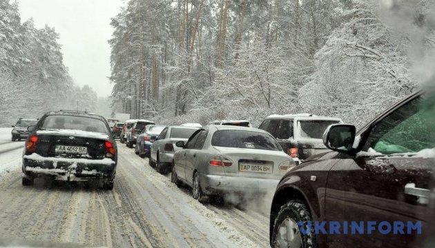 На трасі Одеса-Мелітополь у сніговому заторі застрягли 70 автівок