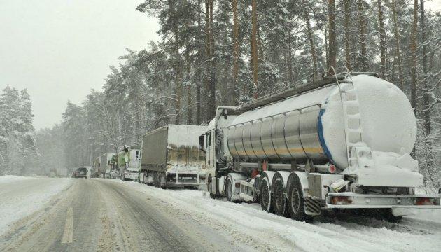 На въездах в Киев откроют пункты обогрева для водителей фур