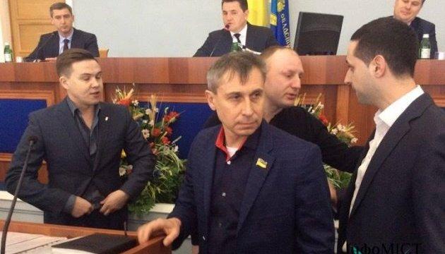 На сессии Черкасского облсовета из-за языкового вопроса подрались депутат и руководитель отеля