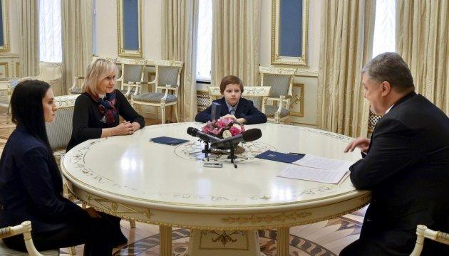 Порошенко встретился с женой и детьми Сущенко