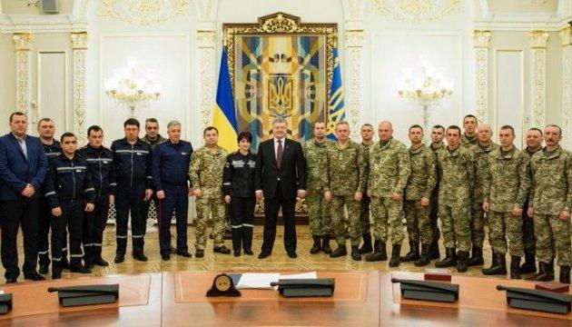 Порошенко наградил военных и спасателей, защищавших Авдеевку