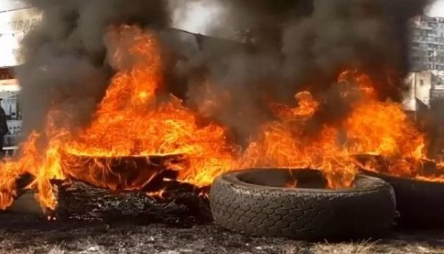 У Львові біля Генконсульства РФ палять шини