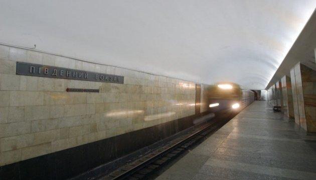 В Харькове женщина прыгнула под поезд метро и выжила