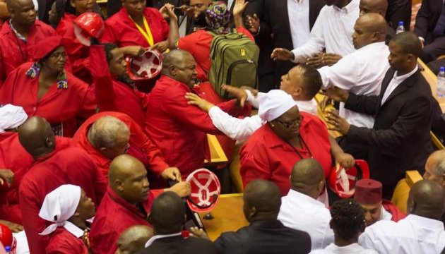 В парламенте ЮАР депутаты подрались и освистали президента