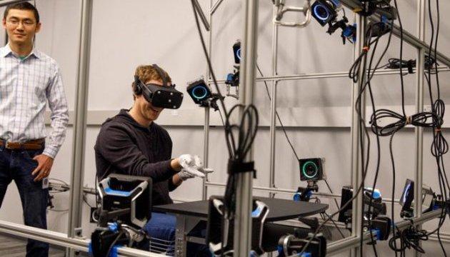 Цукерберг представил перчатки виртуальной реальности