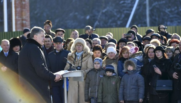 У цьому році в Україні побудують більше 2000 км доріг - Президент