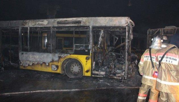 В Киеве горел автопарк: шесть автобусов повреждены