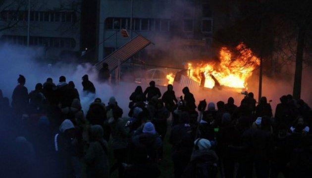 В пригороде Парижа вспыхнули столкновения с полицией