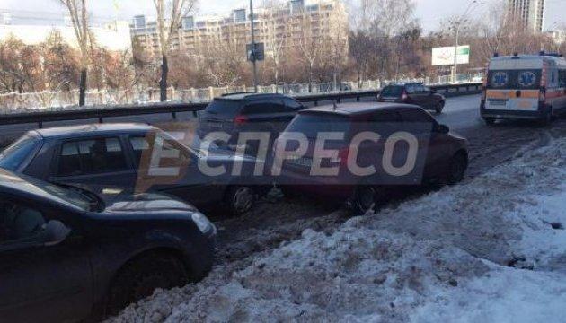 На Шулявке столкнулись пять автомобилей, есть пострадавшие