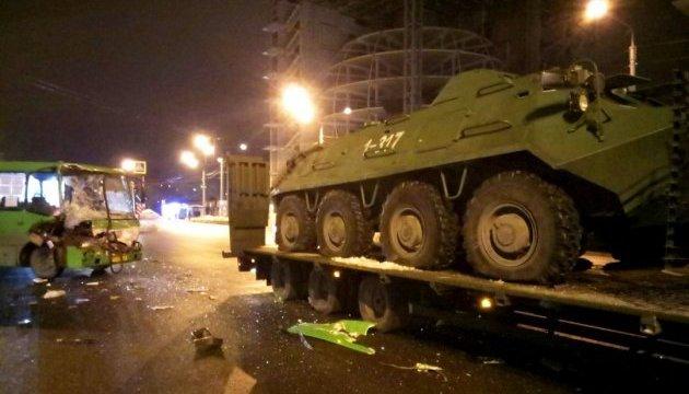 В Харькове маршрутка врезалась в военный тягач