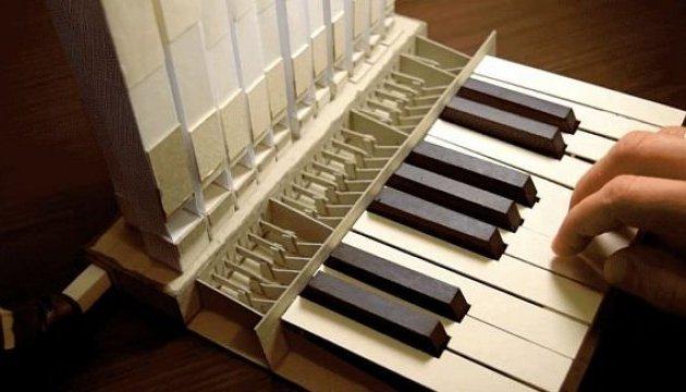 Білорус примусив звучати зібраний з паперу інструмент