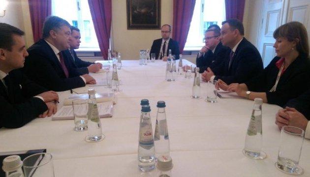 Порошенко и Дуда: Россия должна оставаться под санкциями до выполнения