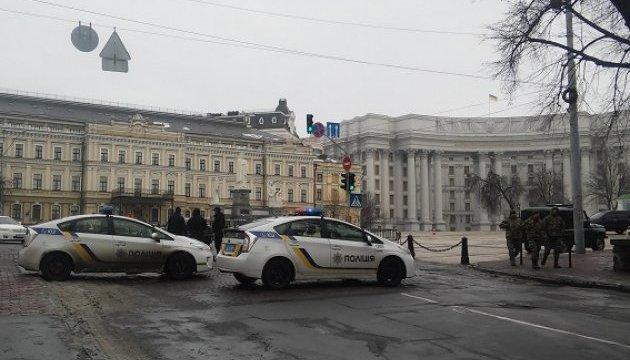 Полиция берет под усиленную охрану центр Киева, метро и остановки