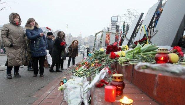 Люди продолжают нести цветы на Майдан, ожидают вече
