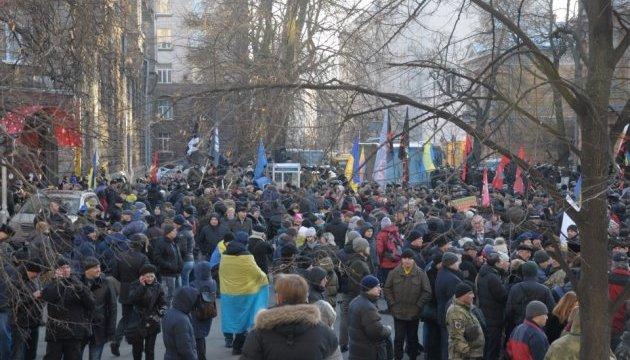 Участники акции по блокаде на Донбассе принесли на Банковую дымовые шашки