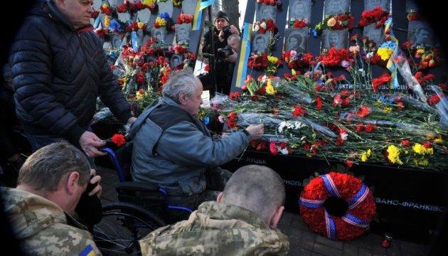 До монументу на Алеї Героїв Небесної Сотні несуть квіти