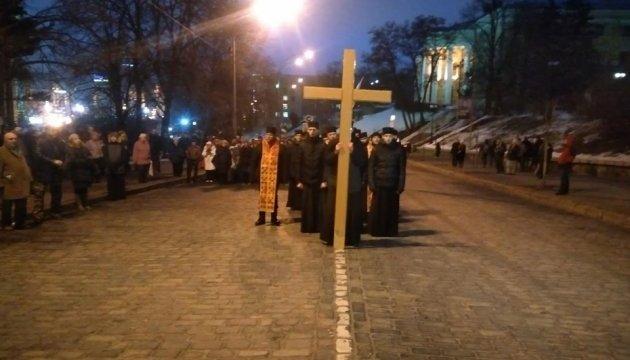 Квіти і лампадки: біля монумента Героям Небесної Сотні відправили молебень