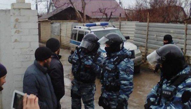 У Криму затримали активістів, що спостерігали за обшуком