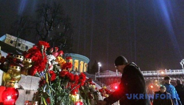 На честь Небесної Сотні на Майдані запалили