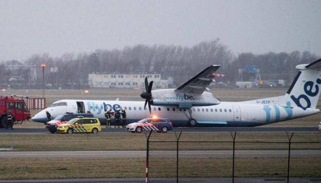 У аеропорту Амстердама в літака при посадці підломилося шасі