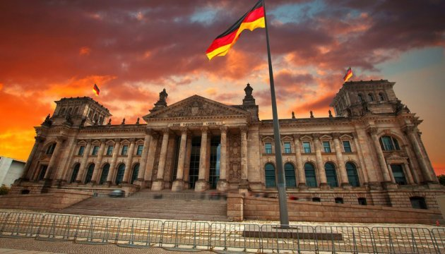 Inexpressible pettiness of being: mini-Reichstag for 'Putinjugend'