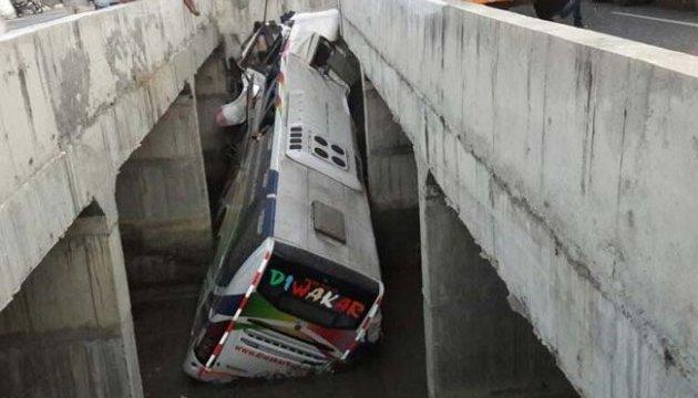 В Індії автобус впав у канал: восьмеро загиблих, 30 поранених