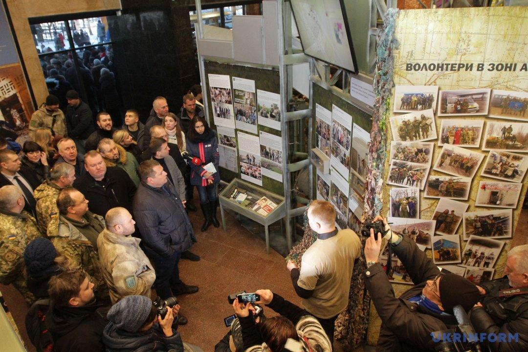 Відвідувачі роздивляються експонати у приміщенні діорами