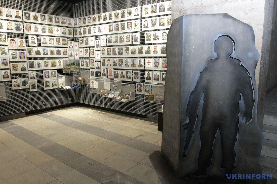 Фотографії загиблих українських військовослужбовців та їхні особисті речі у