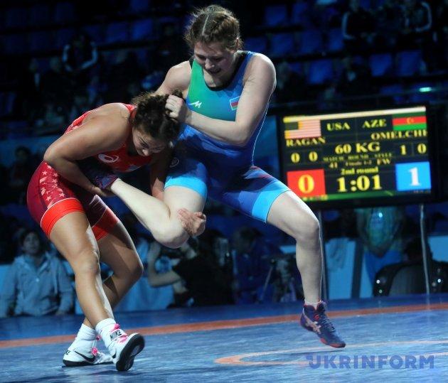 Борці вільного стилю Аллі Раган (США) (червона форма) та Тетяна Омельченко (Азербайджан)