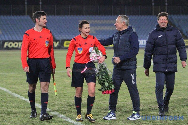 Головний арбітр матчу Катерина Монзуль та головний тренер ФК
