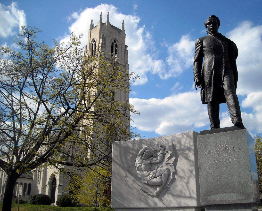 Меморіал Тараса Шевченка на тлі Церкви пилигримів (Вашингтон,США)